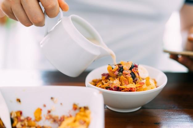 Смешайте соевое молоко в чаше асаи со свежим манго, авокадо, бананом, ягодами, семенами подсолнечника, семенами чиа и хлопьями. чаша для завтрака из суперпродуктов для здоровых и веганов. Premium Фотографии