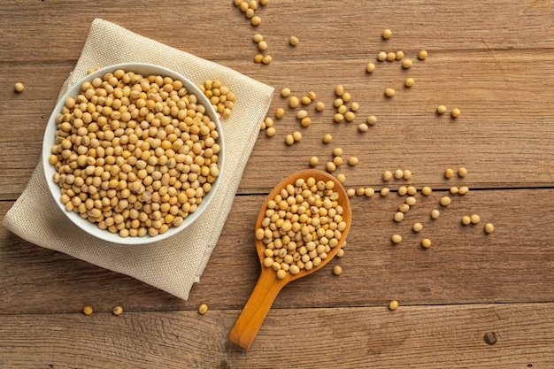 木の床と麻の袋に大豆の種子食品栄養の概念。 無料写真