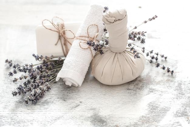 花とタオルを備えたスパとウェルネス。ラベンダーの花で明るい構図。ココナッツのデイスパ自然製品 無料写真