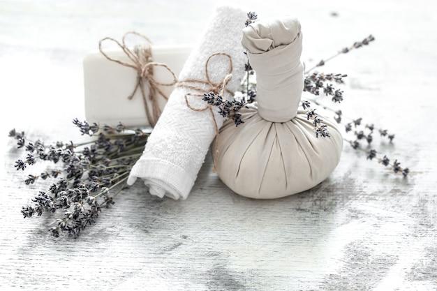 Спа и оздоровительный центр с цветами и полотенцами. яркая композиция с цветами лаванды. продукты dayspa nature с кокосом Бесплатные Фотографии