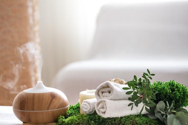 Composizione spa con l'aroma di un moderno diffusore d'olio con prodotti per la cura del corpo Foto Gratuite
