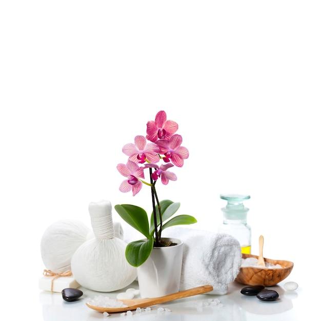 Спа-композиция с красивой розовой орхидеей на белом Premium Фотографии