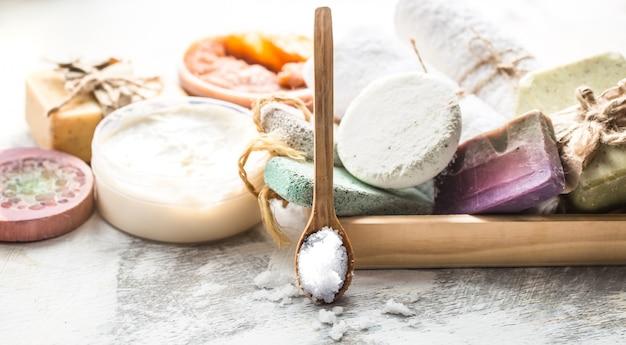 Спа-композиция с мылом, солью и ложкой Premium Фотографии