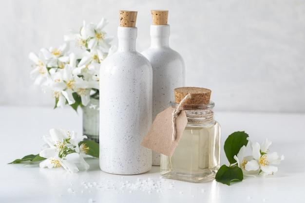 白い背景の上のジャスミンの花とスパのコンセプトです。コピースペース。 無料写真