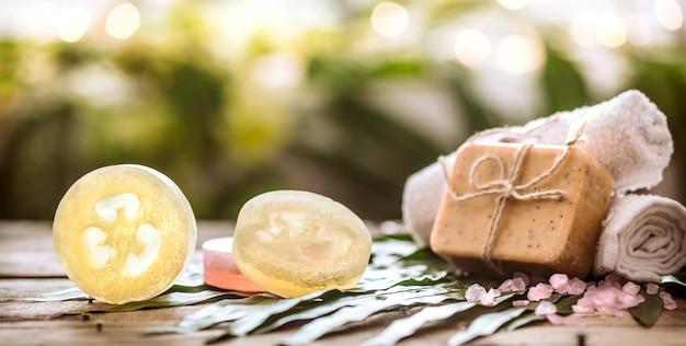 Спа мыло ручной работы и полотенце, композиция из тропических листьев, деревянный фон Бесплатные Фотографии