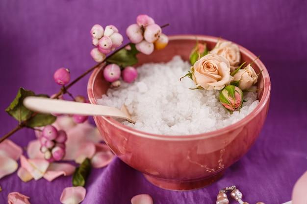 スパマッサージ。アロマセラピー。紫の問題で塩体スクラブ 無料写真