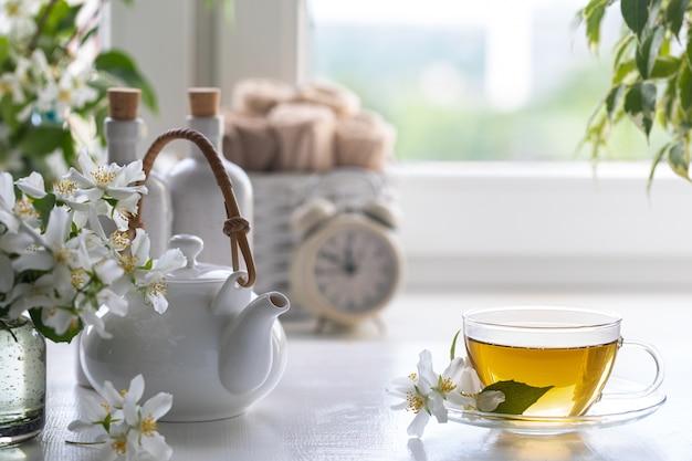 Спа-курорт дома с чаем из цветов жасмина на белом фоне. копировать пространство спа и велнес концепция. Premium Фотографии