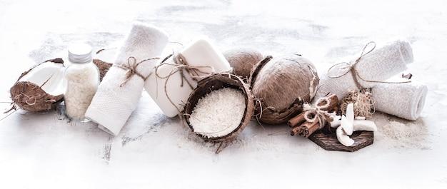 Spa ancora in vita di cosmetici biologici con noci di cocco su uno sfondo di legno chiaro, concetto di cura del corpo Foto Gratuite