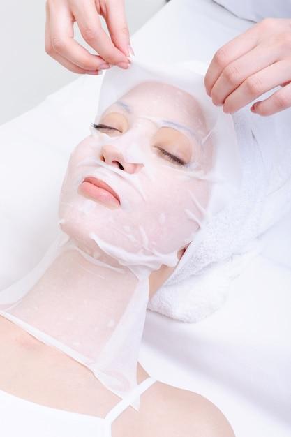 Санаторно-курортные процедуры для лица молодой женщины в салоне красоты Бесплатные Фотографии