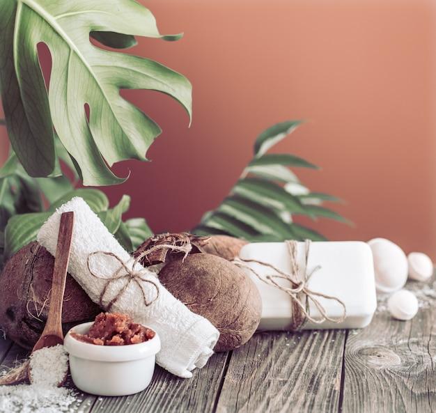 Spa e centro benessere con fiori e asciugamani. composizione luminosa sul tavolo marrone con fiori tropicali. prodotti naturali dayspa con cocco Foto Gratuite