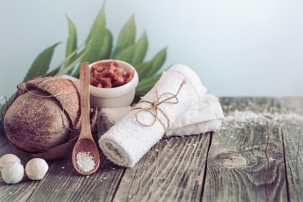 Spa e ambiente benessere con fiori e asciugamani. composizione luminosa con fiori tropicali. prodotti naturali dayspa con cocco Foto Gratuite