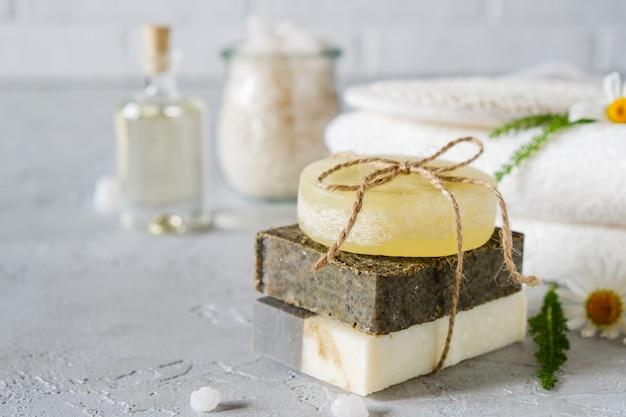 Натуральное косметическое масло и натуральное мыло ручной работы с люфой. уход за здоровой кожей. концепция spa Premium Фотографии