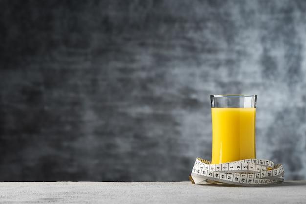 巻尺の食品の背景とガラスのスペースコーンミルクジュース Premium写真
