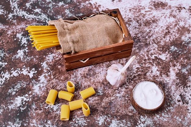 Спагетти и макароны на деревянном столе. Бесплатные Фотографии