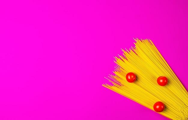 明るいピンクの表面にスパゲッティとトマト 無料写真