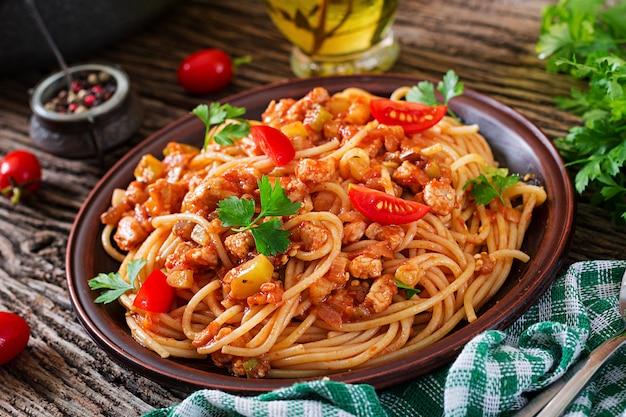 Spaghetti bolognese pasta with tomato sauce, vegetables and minced meat Premium Photo