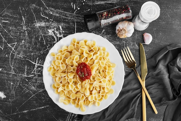 白いプレートのトマトソースのスパゲッティ、上面図。 無料写真