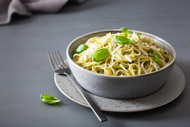 Spaghetti pasta with avocado basil pesto sauce Premium Photo