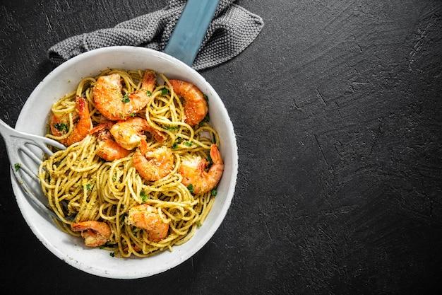 Spaghetti pasta with pesto and shrimps Premium Photo