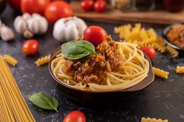 トマトとバジルのグレープレートのスパゲッティソテー 無料写真