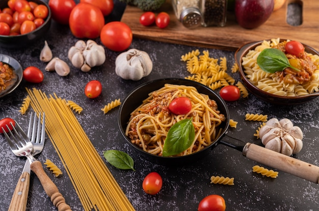 Spaghetti sauteed in a pan-fried with tomatoes and basil Free Photo