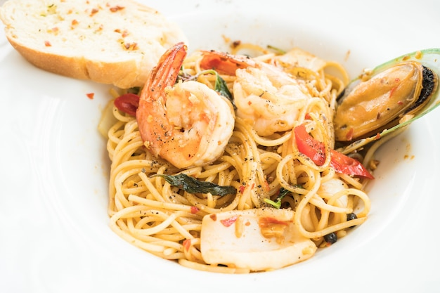 Spaghetti seafood in white plate Free Photo
