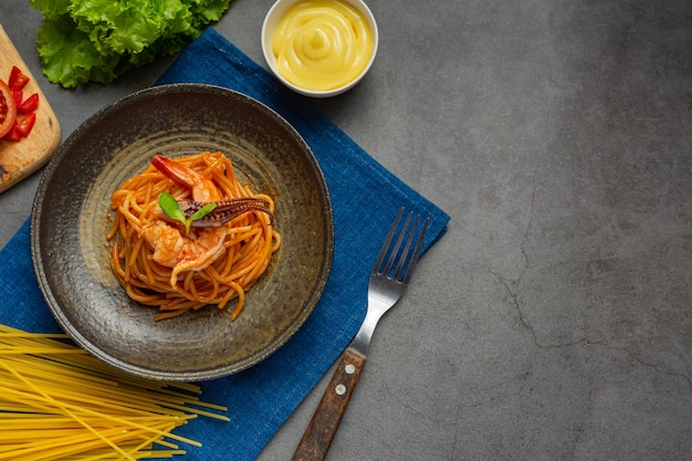 Spaghetti seafood with tomato sauce decorated with beautiful ingredients. Free Photo