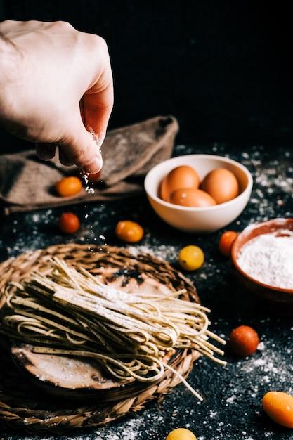 Спагетти. вся пшеница макароны с яйцом на деревянный стол. здоровая пища. вегетарианская еда. рацион питания Premium Фотографии