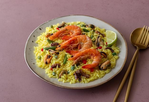 해산물, 새우, 야채가 들어간 스페인 빠에야. 건강한 식생활. 스페인 요리. 프리미엄 사진