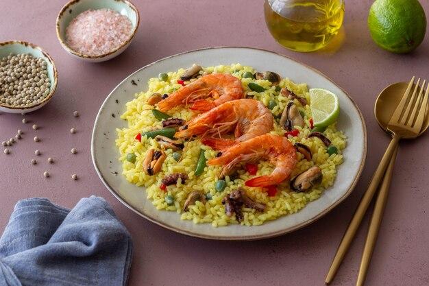 Испанская паэлья с морепродуктами, креветками и овощами. здоровое питание. испанская кухня. Premium Фотографии