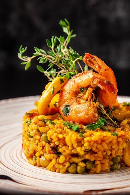 Испанская паэлья с морепродуктами. Premium Фотографии