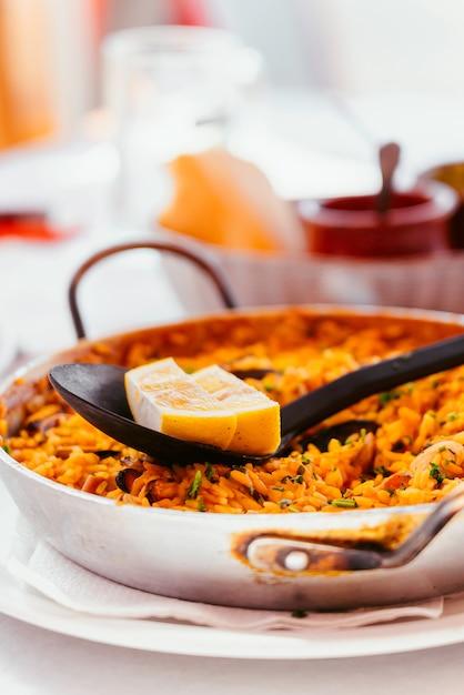 Испанская морепродукты паэлья с мидиями, креветками и кусочком лимона. в стальной сковороде паэлья. канарские острова двоюродного брата в небольшом семейном ресторане. Бесплатные Фотографии