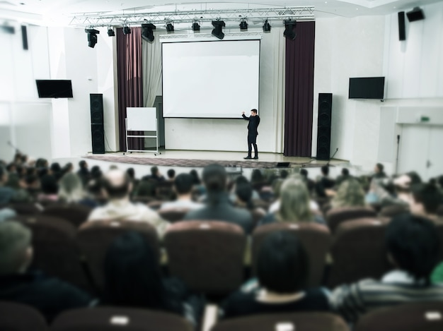 비즈니스 컨퍼런스 및 프레젠테이션에서 스피커. 컨퍼런스 홀을 청취하십시오. 프리미엄 사진