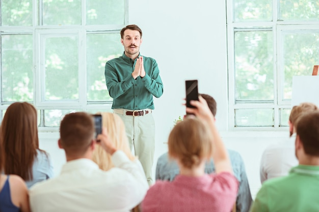 会議ホールでのビジネス会議での講演者。ビジネスと起業家精神の概念。 無料写真