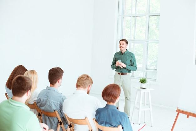 Спикер на деловой встрече в конференц-зале. концепция бизнеса и предпринимательства. Бесплатные Фотографии
