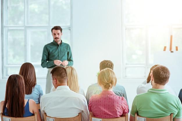 会議場でのビジネスミーティングの講演者。ビジネスと起業家精神の概念。 無料写真