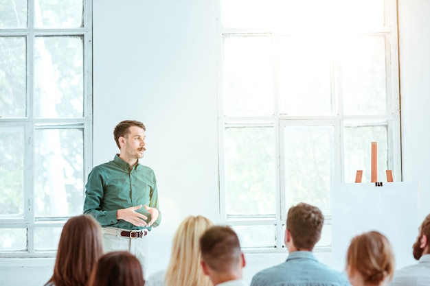 Спикер деловой встречи в конференц-зале. концепция бизнеса и предпринимательства. Бесплатные Фотографии