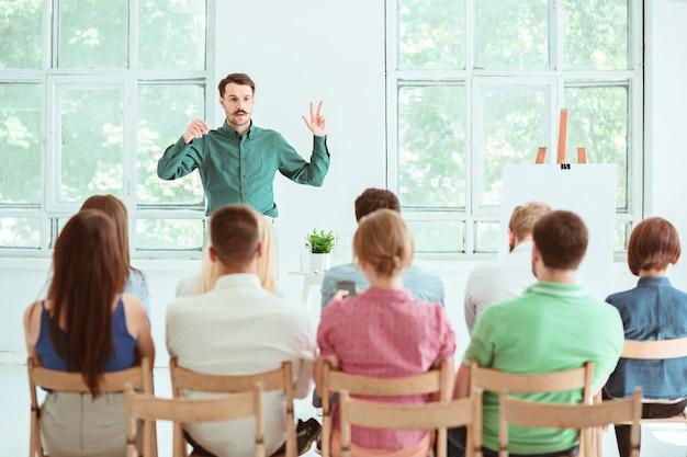 会議ホールでのビジネス会議での講演者。 無料写真