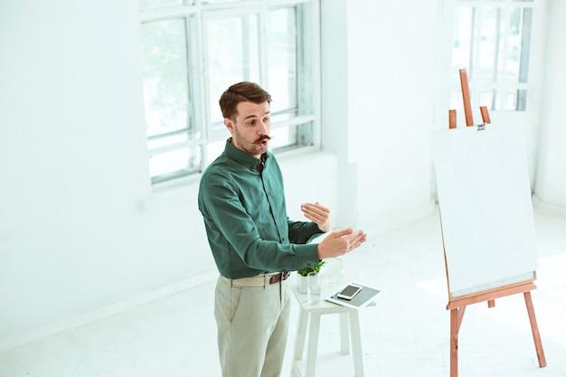 Спикер на деловой встрече в конференц-зале. Бесплатные Фотографии