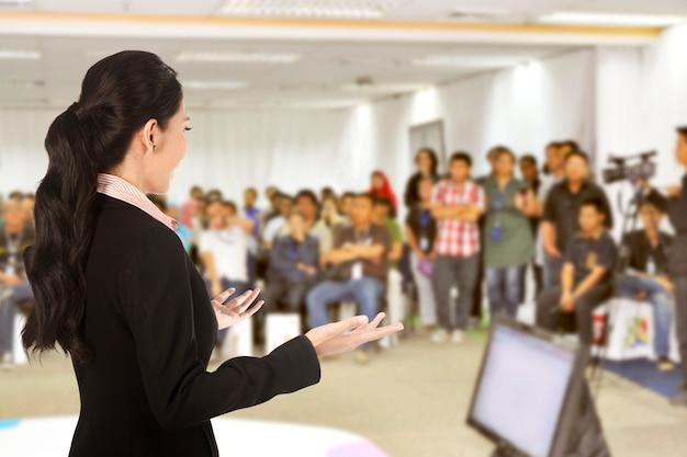 Докладчик на конференции и презентации Premium Фотографии