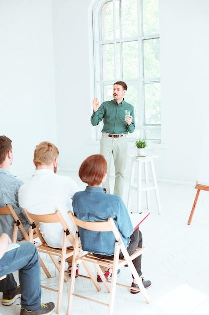 Relatore alla riunione d'affari nella sala conferenze. concetto di affari e imprenditorialità. Foto Gratuite