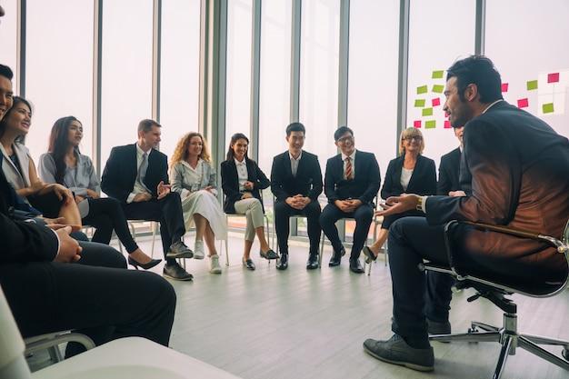 ビジネスミーティングで講演を行うスピーカー。会議ホールの観客。ビジネスと起業家精神。バナーに適したパノラマ合成 Premium写真