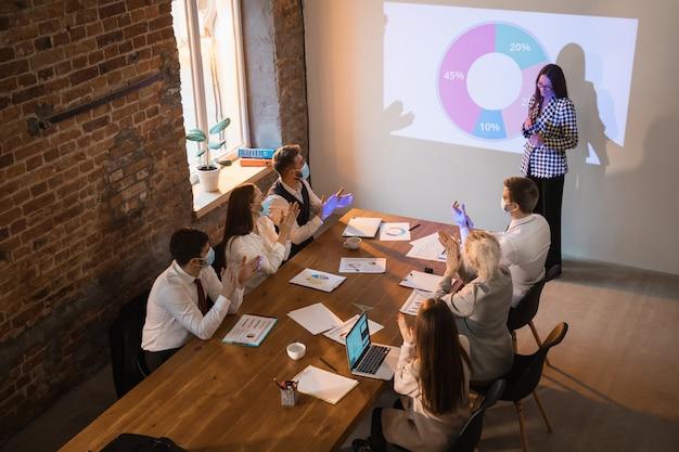 회의실에서 발표하는 스피커 무료 사진