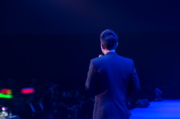 Speaker on stage and giving talk at business meeting Premium Photo