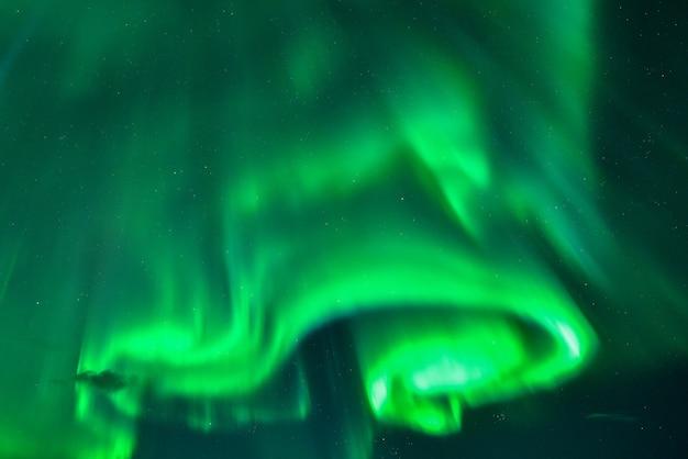 아이슬란드의 밤에 화려한 오로라 디스플레이 프리미엄 사진
