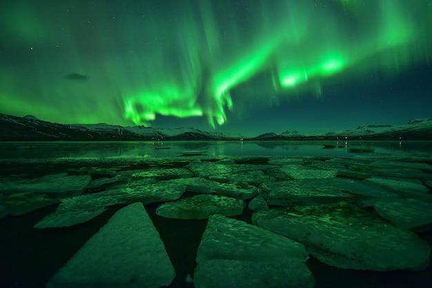 얼음 바다, 아이슬란드의 밤에 화려한 오로라 디스플레이 프리미엄 사진
