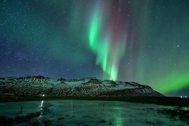 아이슬란드의 Mountian에서 밤에 화려한 오로라 디스플레이 프리미엄 사진