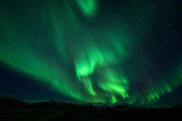 밤에는 산 위의 화려한 오로라, 아이슬란드의 밤에는 화려한 오로라와 별 프리미엄 사진