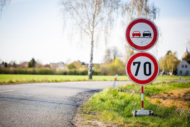 Ограничение скорости, сокращение трафика, реконструкция или восстановление дороги, концепция транспорта Premium Фотографии