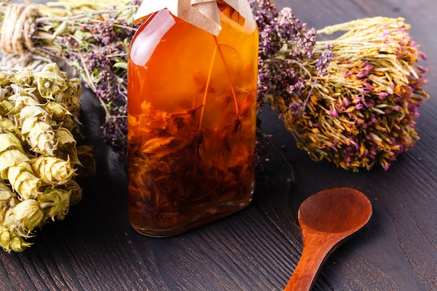 装飾ガラス瓶、キッチン装飾のスパイスとハーブの成分 Premium写真